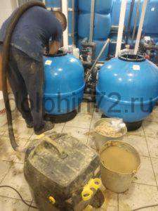 Замена фильтрующей загрузки на одном из общественных бассейнов