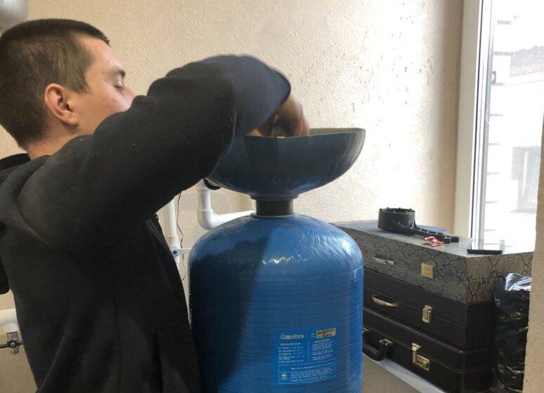 Zamena fil`truiushchei` zagruzki v sisteme vodoochistki v chastnom dome